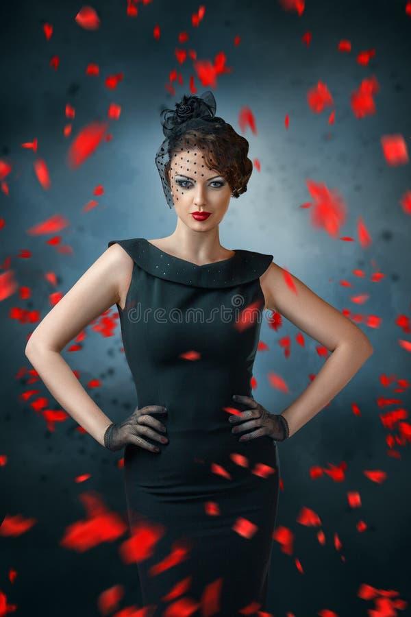 Abstraktes Modeporträt der jungen Frau mit Flamme lizenzfreie stockbilder