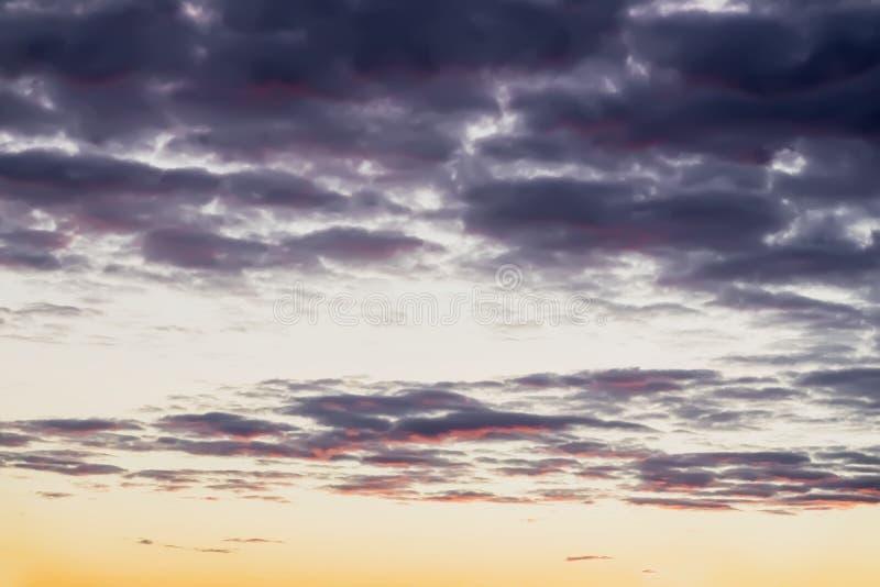 Abstraktes Weiche verwischte die farbigen schönen des Gelbs, rosa und Purpurroter Wolken des Sonnenuntergangs, und glättete Himme lizenzfreie stockbilder