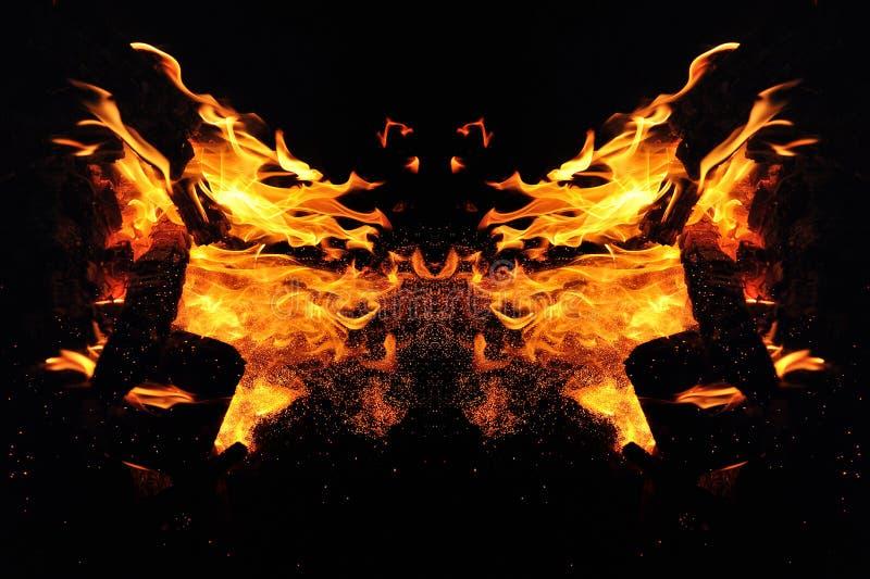 Abstraktion, brennendes Feuer mit Funken Mystische Art des Schmetterlings- oder Tierkopfes stockfotos