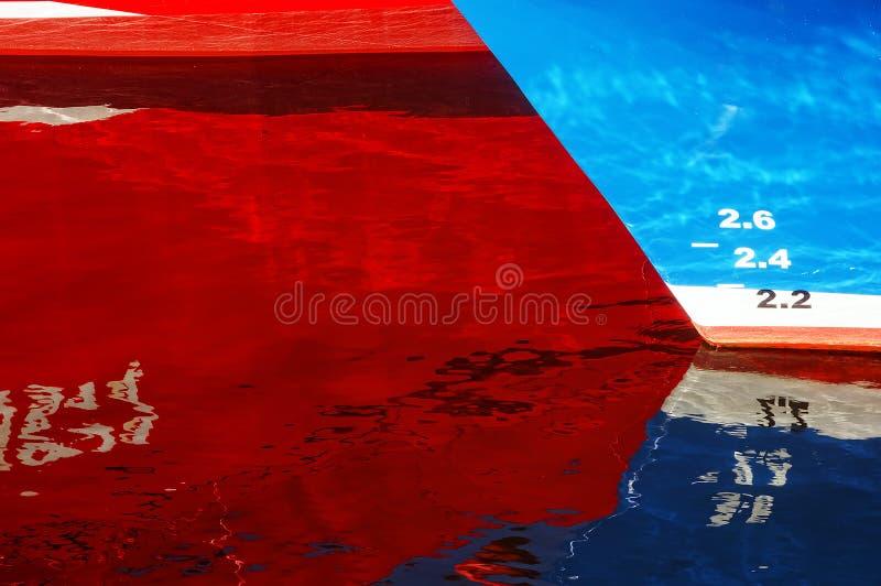 Abstraktion mit Schiffsreflexionen auf Wasser stockbilder