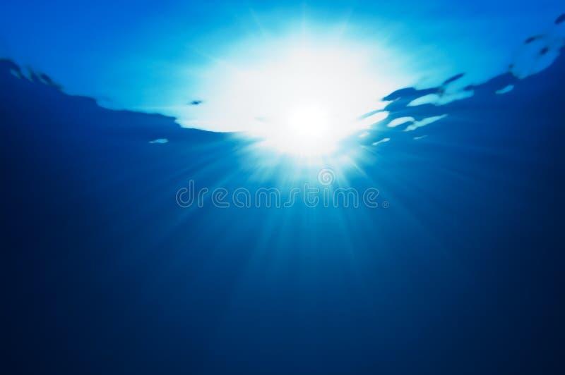 Abstraktion mit Wasser- und Sonnestrahlen stockbild