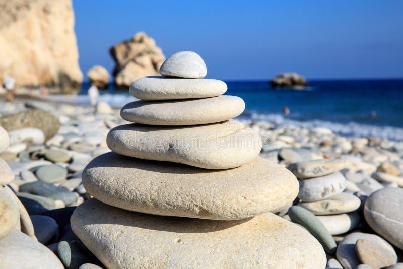 Abstrakty balansujący kamienie na morzu fotografia stock