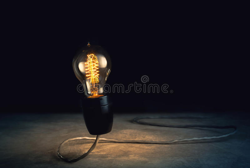 abstrract helle Glühlampe, die mit schwarzem Hintergrund, ligh steht lizenzfreie stockfotos