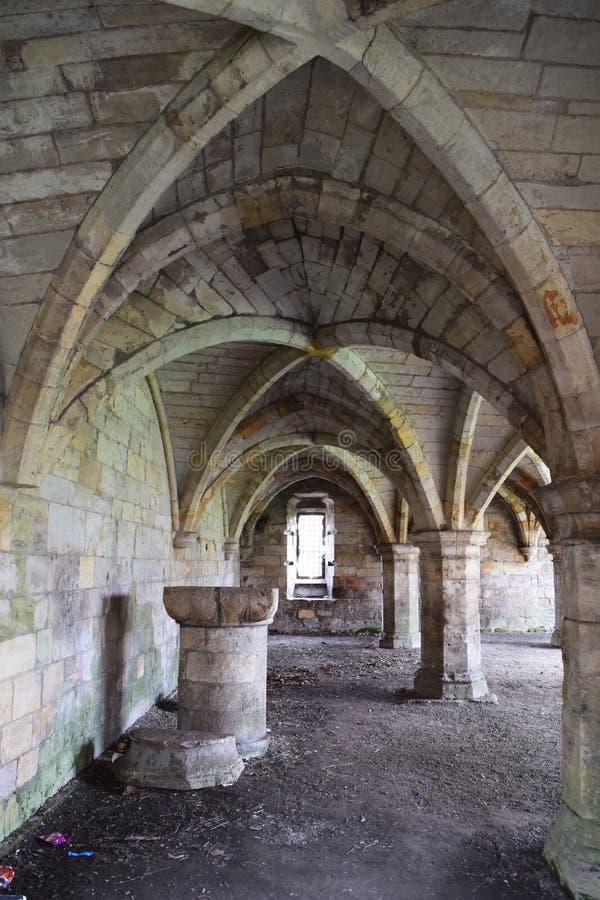 Abtei undercroft mit gewölbter Decke der Rippe lizenzfreie stockfotografie