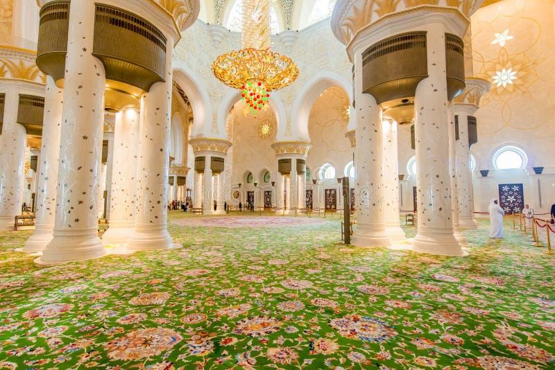 Abu Dabi - 9 janvier 2015 : Mosquée de Sheikh Zayed photographie stock libre de droits
