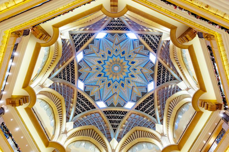 Abu Dhabi, Arabische Emirate - 13. Dezember 2018: Schöne Decke des Emirat-Palastes in Abu Dhabi lizenzfreie stockfotos