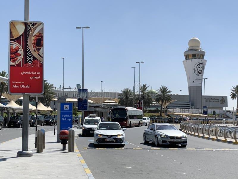 Abu Dhabi arabiska emirater, mars, 19, bilar parkerade nära terminal 3 av den internationella flygplatsen i staden av Abu Dhabi,  royaltyfri foto