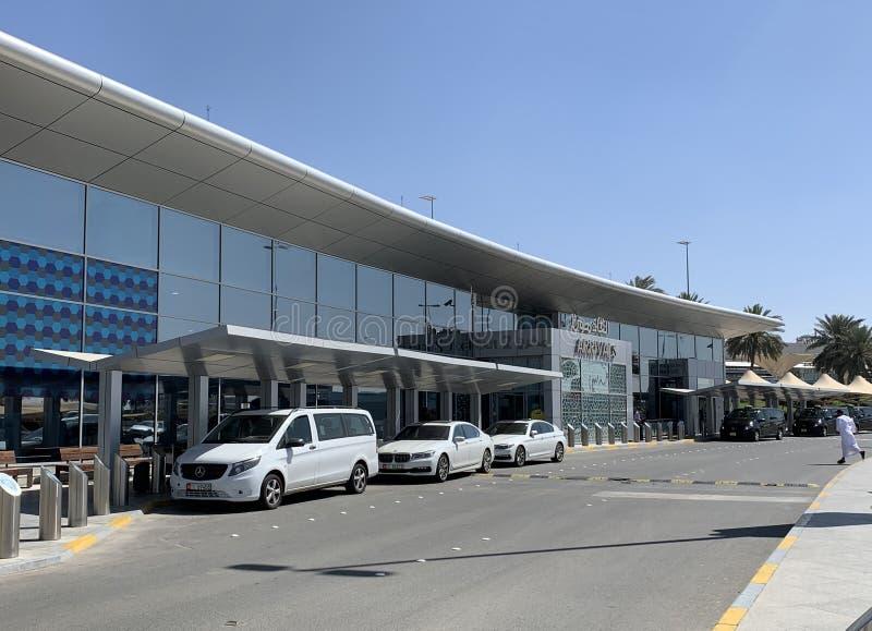 Abu Dhabi arabiska emirater, mars, 19, 2019 Bilar som parkeras nära terminal 3 av den internationella flygplatsen i staden av Abu arkivfoto