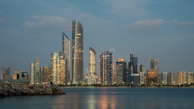 Abu Dhabi, construções altas da elevação de Abu Dhabi City na hora azul imagem de stock