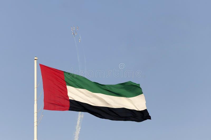 ABU DHABI, DE V.A.E - 02 DECEMBER, 2017: Het aerobatic team die van Al Fursan over de vlag van de V.A.E in Abu Dhabi vliegen stock foto's