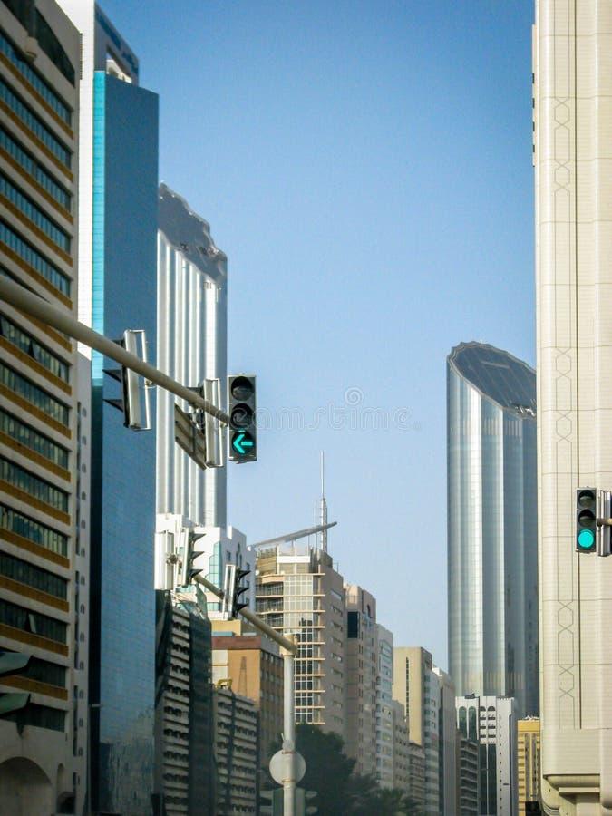 Abu Dhabi-de verkeerslichten en de gebouwen van de stadsstraat royalty-vrije stock afbeeldingen