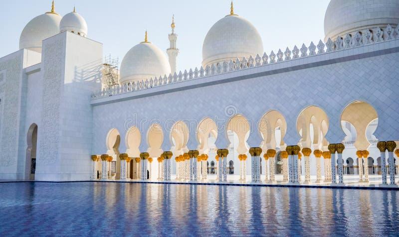 Abu Dhabi De zomer van 2016 De beroemde Sheikh Zayed Grand-moskee Buitenkant en het binnenland royalty-vrije stock fotografie