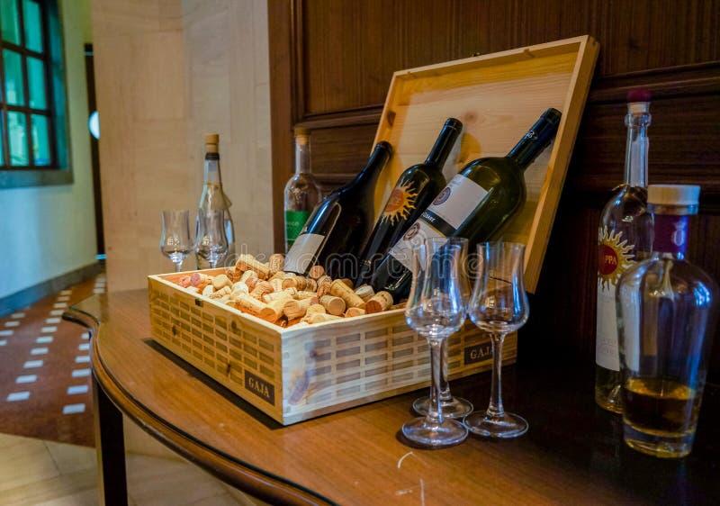 Abu Dhabi De zomer van 2016 Wijn bij het hotel Het Buffet van het ontbijt Het Voedselregeling van de buffetcatering op Lijst royalty-vrije stock fotografie