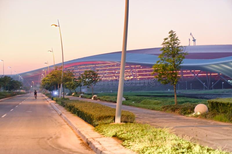 ABU DHABI - DECEMBER 6, 2016: Ferrari världsbyggnad på solnedgången arkivbilder