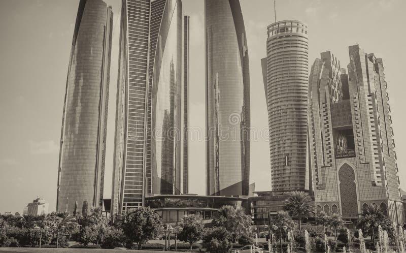 ABU DHABI - DECEMBER 8, 2016: Gatasikt av Corniche str?ckningar p? en h?rlig solig dag Staden tilldrar 10 miljoner royaltyfri bild