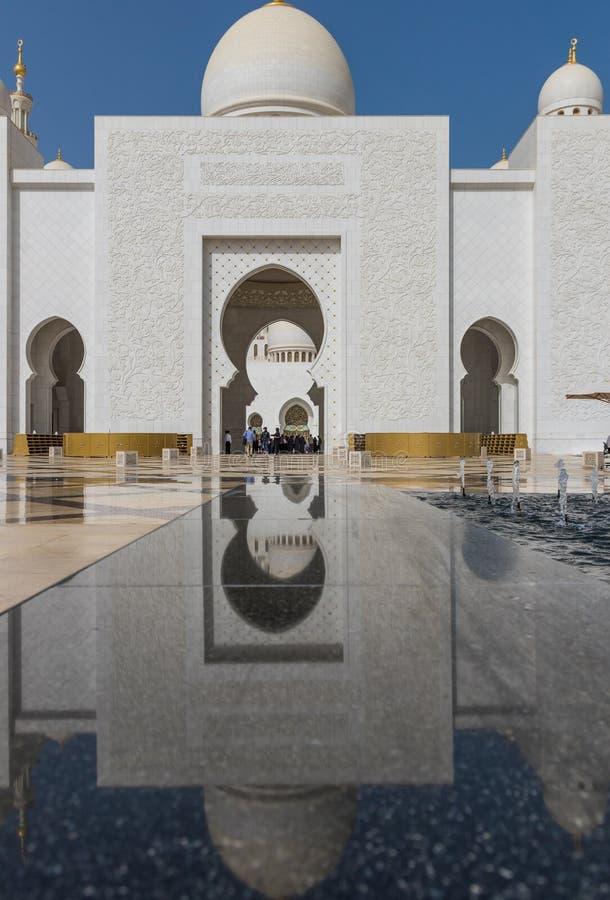 Abu Dhabi: den fantastiska Sheikh Zayed Mosque arkivfoton