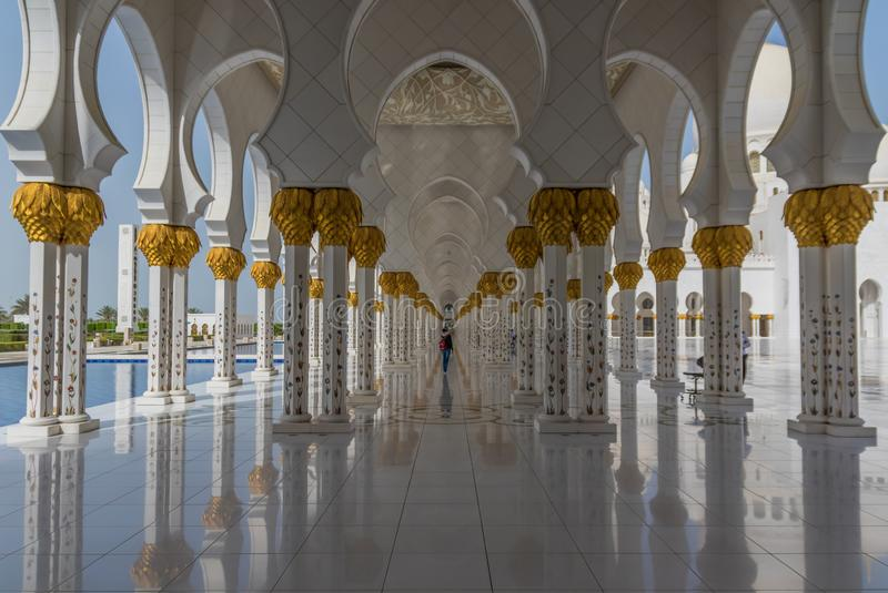 Abu Dhabi: den fantastiska Sheikh Zayed Mosque royaltyfria foton
