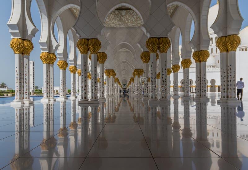 Abu Dhabi: den fantastiska Sheikh Zayed Mosque royaltyfri foto