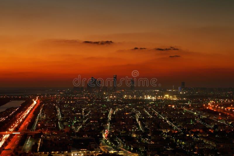 Abu Dhabi, EAU à l'aube, montrant les tours de Corniche et d'Etihad images stock