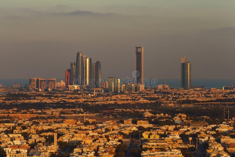 Abu Dhabi, EAU à l'aube, montrant les tours de Corniche et d'Etihad images libres de droits