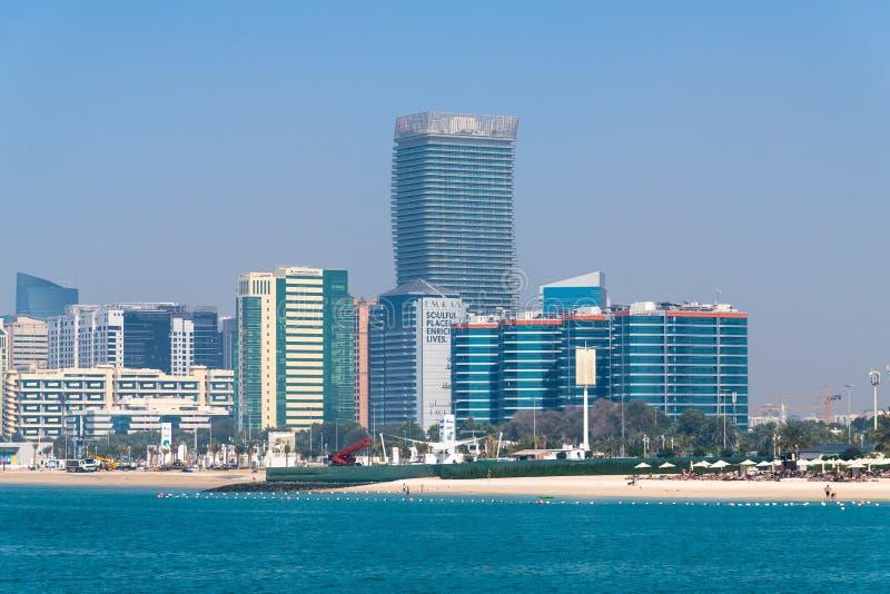 Abu Dhabi, EAU - 29 mars 2019 la plage de ville le long de la route de Corniche photo stock