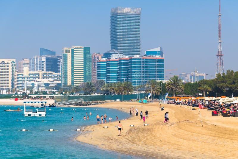 Abu Dhabi, EAU - 29 mars 2019 Les gens sur la plage de ville le long de la route de Corniche photo libre de droits