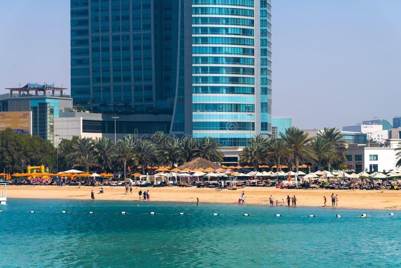 Abu Dhabi, EAU - 29 mars 2019 Les gens sur la plage de ville le long de la route de Corniche image libre de droits