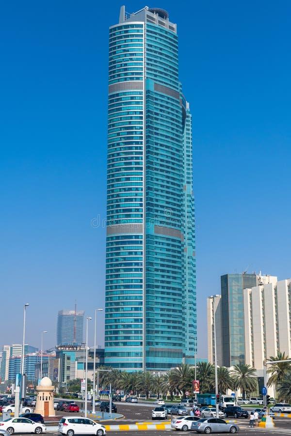 Abu Dhabi, EAU - 29 mars 2019 Paysage urbain - gratte-ciel et voiture sur la route de Corniche images libres de droits