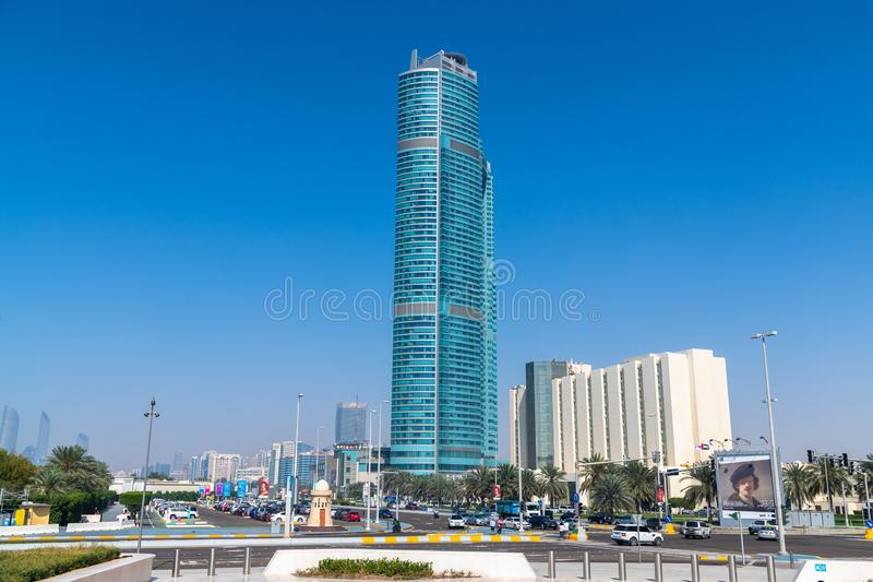 Abu Dhabi, EAU - 29 mars 2019 Paysage urbain - gratte-ciel et voiture sur la route de Corniche images stock