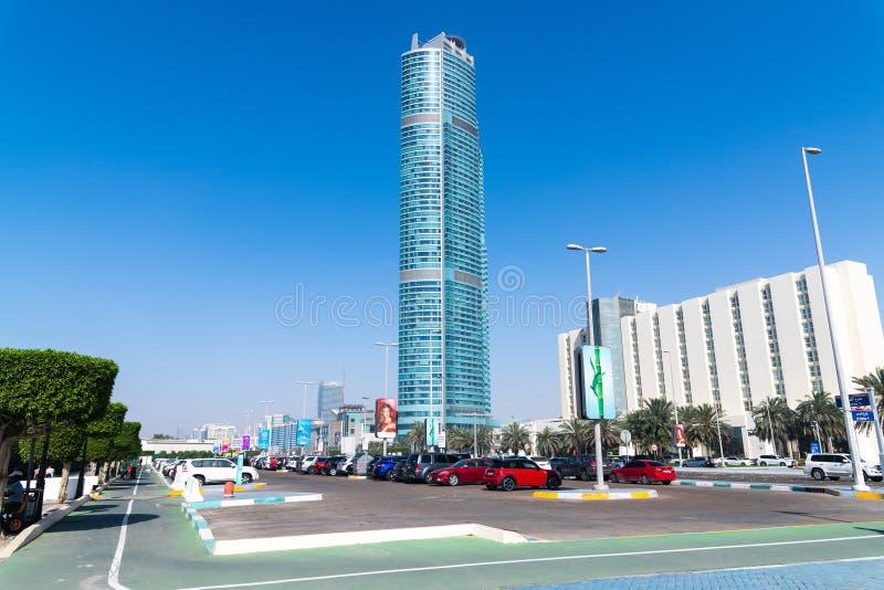 Abu Dhabi, EAU - 29 mars 2019 Paysage urbain - gratte-ciel et voiture sur la route de Corniche photographie stock
