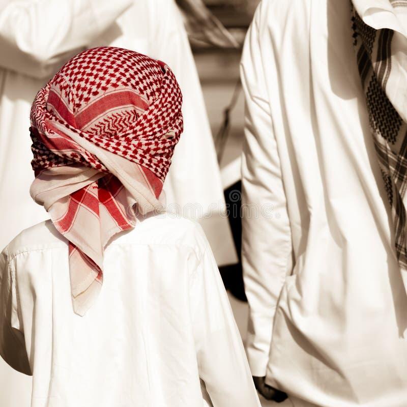 Abu Dhabi - Emiratjunge mit rotem keffiyeh lizenzfreie stockfotos