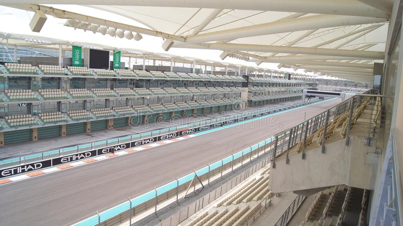 ABU DHABI, EMIRATOS ÁRABES UNIDOS - 4 de abril de 2014: O Yas Marina Formula 1 circuito grande de Prix Ajuste entre um porto fotografia de stock royalty free