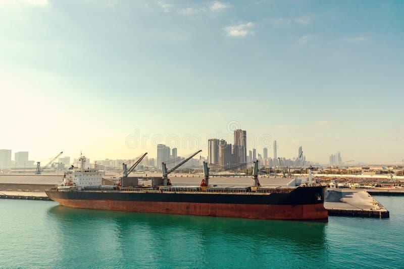Abu Dhabi, Emiratos Árabes Unidos - 13 de dezembro de 2018: Navio grande no porto da carga fotos de stock