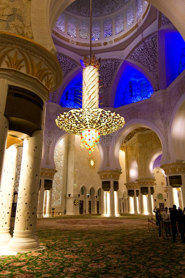 Abu Dhabi, Emiratos Árabes Unidos - 26 de janeiro de 2018: Candelabro e interior luxuosos de Sheikh Zayed Grand Mosque fotografia de stock royalty free