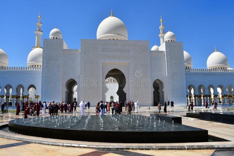 Abu Dhabi, Emiratos Árabes Unidos, março, 19, 2019 Povos que andam perto de Sheikh Zayed Grand Mosque em Abu Dhabi, Emiratos Árab imagens de stock royalty free