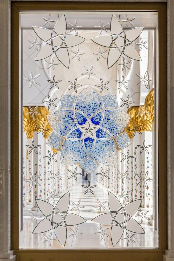 Abu Dhabi, Emiratos Árabes Unidos, o 16 de dezembro de 2015: Projeto ornamentado da janela em Sheikh Zayed Grand Mosque imagens de stock royalty free