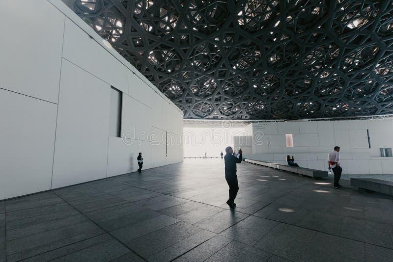 Abu Dhabi, Emiratos Árabes Unidos, O 6 DE JANEIRO DE 2019: Interior do museu do Louvre, Abu Dhabi, mostrando reflexões do foto de stock royalty free