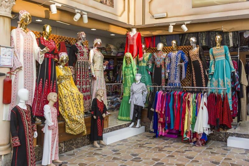 Abu Dhabi, emiratos de árabe unido 14 de abril de 2018: frente árabe de la tienda de ropa imagenes de archivo