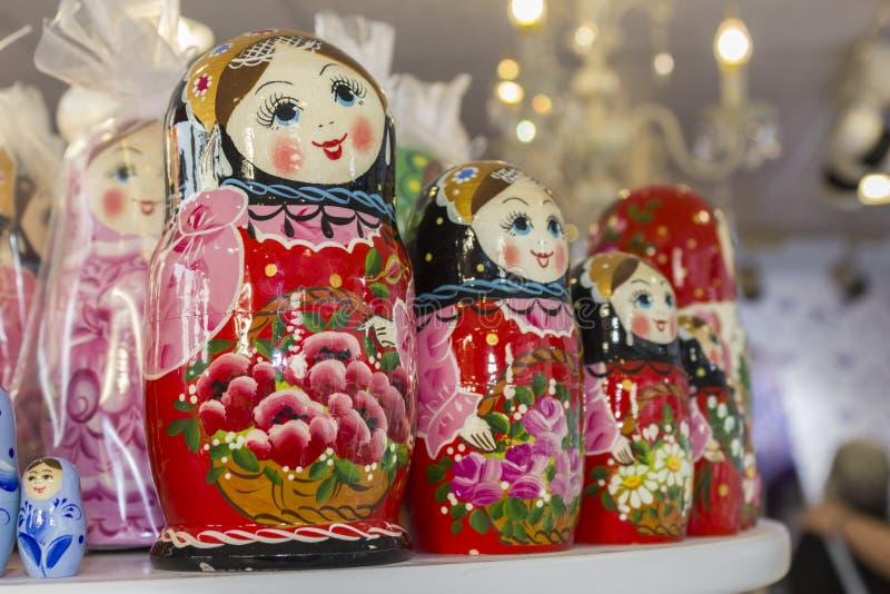 Abu Dhabi, emiratos de árabe unido 14 de abril de 2018: Matryoshka en la tienda del mercado del recuerdo Diversas muñecas del rus fotografía de archivo