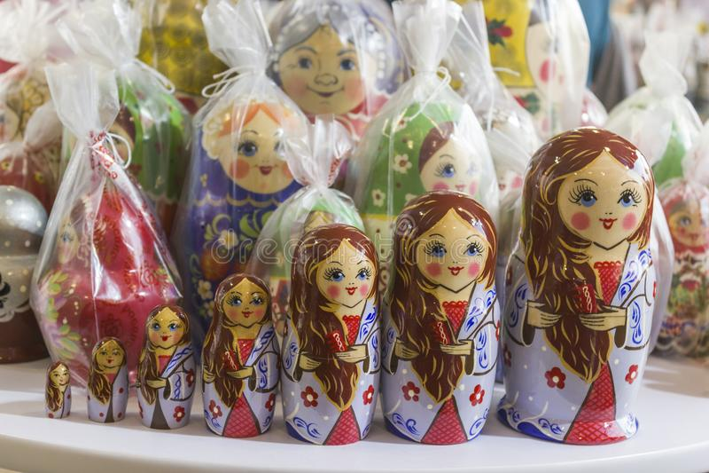 Abu Dhabi, emiratos de árabe unido 14 de abril de 2018: Matryoshka en la tienda del mercado del recuerdo Diversas muñecas del rus fotografía de archivo libre de regalías