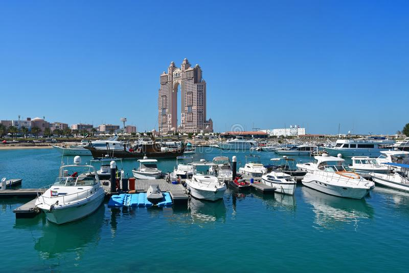 Abu Dhabi, Emiratos ?rabes Unidos, mar?o, 19, 2019 Barcos e iate pequenos nas águas do Golfo Pérsico no fundo do th imagem de stock