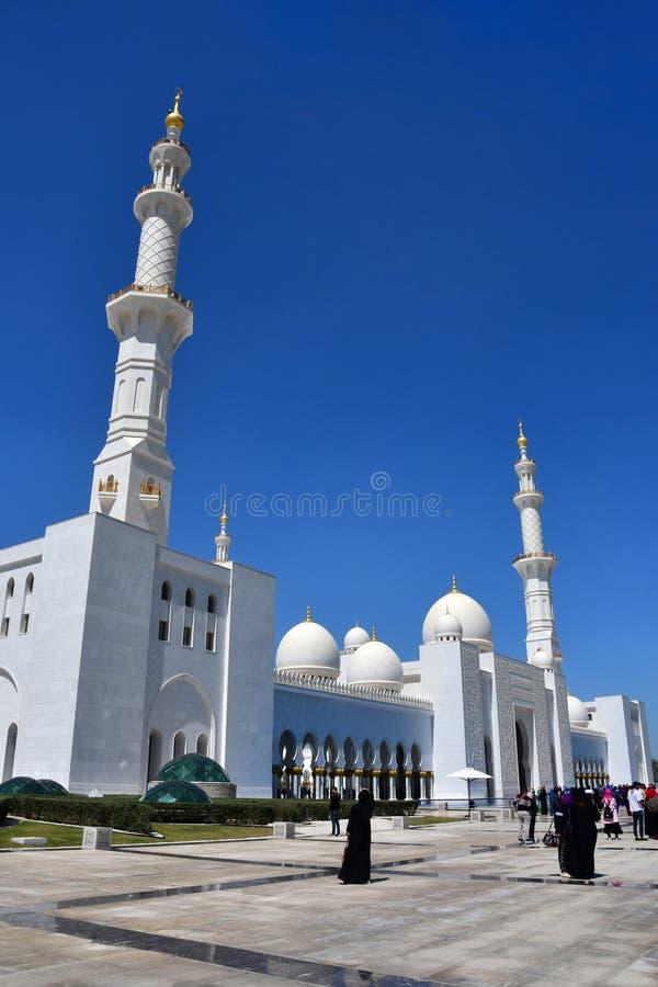 Abu Dhabi, Emirats Arabes Unis, mars, 19, 2019 Les gens marchant près de Sheikh Zayed Grand Mosque en Abu Dhabi, Emirats Arabes U photos libres de droits