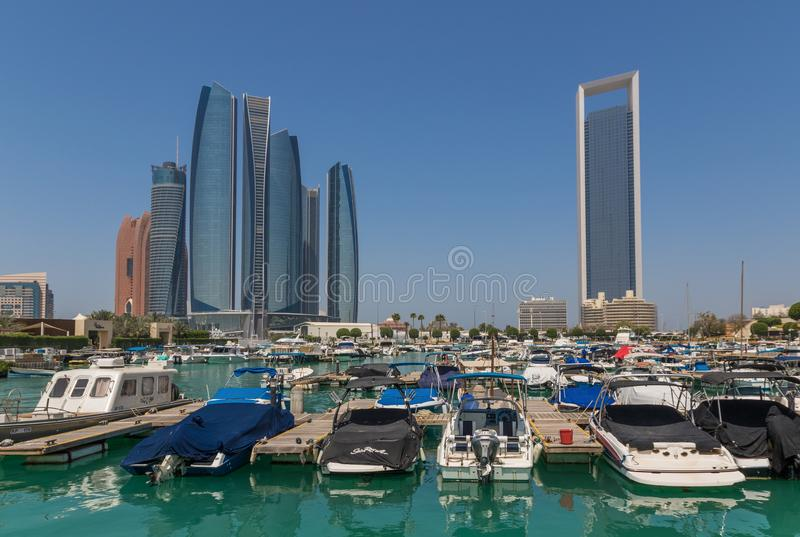 Abu Dhabi: en sikt från taket arkivfoton