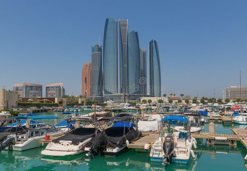Abu Dhabi: en sikt från taket arkivbild