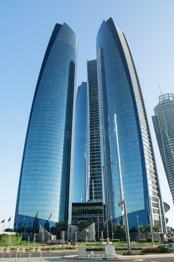 ABU DHABI FÖRENADE ARABEMIRATEN - DECEMBER 4, 2016: Etihad står högt i Abu Dhabi Etihad torn är namnet av ett komplex av byggnad royaltyfri foto