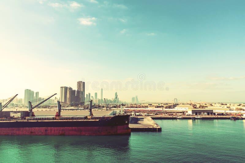 Abu Dhabi Förenade Arabemiraten - December 13, 2018: Stort skepp i lastport arkivbilder