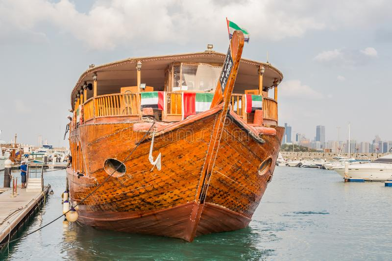 Abu Dhabi Förenade Arabemiraten, December 16, 2015: Traditionell dhow, ett arabiskt skepp royaltyfria bilder