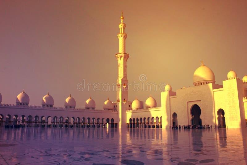 Abu Dhabi Förenade Arabemiraten - MARS 22, 2017: Kupoler och minaret på solnedgången i Sheikh Zayed Grand Mosque arkivfoton