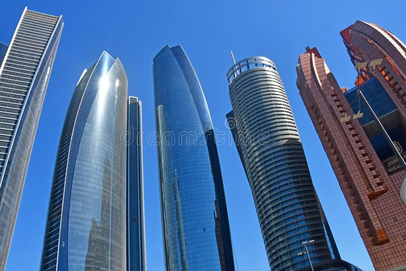 Abu Dhabi Förenade Arabemiraten, mars, 19, 2019 Abu Dhabi skyskrapor i solig dag arkivbilder