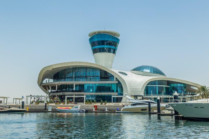 Abu Dhabi Förenade Arabemiraten, May20, 2017: Cipriani restaurang på den Yas ön , taget från marina fotografering för bildbyråer